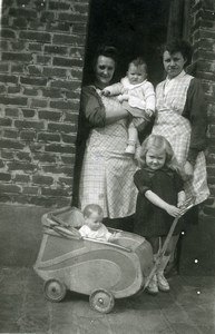 France Fillette et Toy Doll Pram Children Game Family Old Amateur Photo 1951