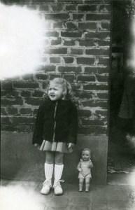 France Fillette et sa Poupée Jeu d'Enfants Ancienne Photo Amateur 1950