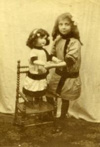 France Fillette et sa grande Poupée Jeu d'Enfants Ancienne Photo Amateur 1900