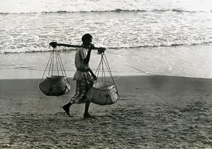 India Scene from Everyday Life Sea shell Gatherer ? Old photo 1960