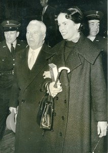 France Paris Charlie & Oona Chaplin Visiting Abbe Pierre Old Photo 1954