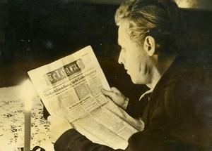 Germany Berlin Post War Man reading the News Blockade Old Photo 1946