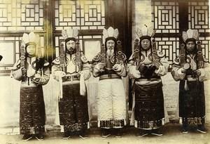 Chine Pékin Beijing Lamas Tibétains devant leur Temple Bouddhiste ancienne Photo 1906