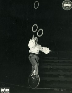 France Music Hall Cirque Medrano Artiste Acrobate Ruddy Bolly Monocycle ancienne Photo RIB 1950