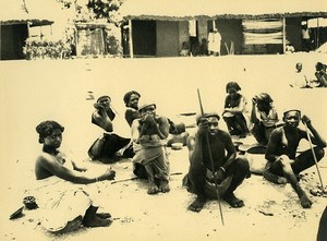 Madagascar Groupe de Femmes Hommes Indigenes Ancienne Photo 1937
