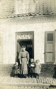 France Caestre Famille Fillettes et Poupée Jeu d'Enfants Ancienne Photo Amateur 1920
