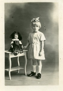 France Fillette et Poupée sur une Table Jeu d'Enfants Ancienne Photo 1920