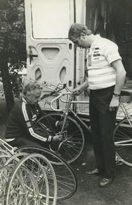 Photo 4e Etape du Tour de France 1983 Roubaix? préparation des vélos Cyclisme
