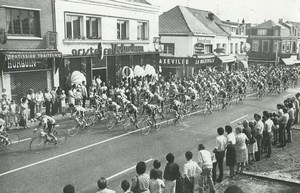 Photo 4e Etape du Tour de France 1983 Bruay en Artois passage du peloton Cyclisme