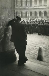 France Paris les Invalides Vieil Homme regardant la Prise d'Armes ancienne Photo Huet 1970