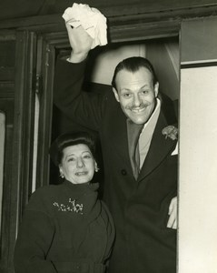 Comedian Terry Thomas and Wife at London Euston Station Old Press Photo 1951