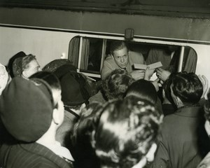 Actor Dan Duryea signing Autographs London Euston Station Old Press Photo 1951