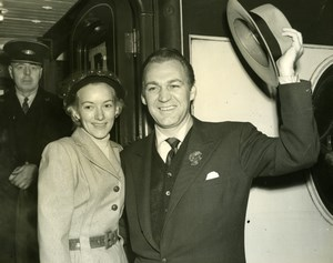 Actor Forrest Tucker & Wife London Waterloo Station Old Press Photo 1953