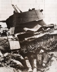 Russia Russian Tank & Dead Soldiers WWII WW2 East Front Old Photo 1941
