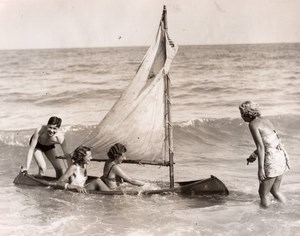 England ? Beach Holidays Group of Holidaymakers Canoe Sailboat Old Photo 1935
