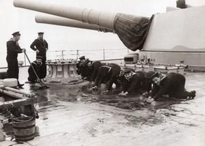 WWI Marine Britannique Marins nettoyant le Pont Cuirasse HMS Royal Oak Ancienne Photo 1917