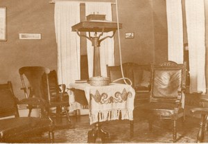 USA Interieur de Maison salon Chaises Grosse Lampe Table Ancienne Carte Photo Amateur 1920