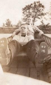 USA 2 Jeunes Hommes Allonges dans une Barque Ancienne Photo Amateur 1920