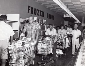 USA Queueing at the Air Force Base Supermarket Military Old Photo 1964