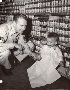 USA US Air Force Officer Baby eating Heinz Baby Food Supermarket old Photo 1960