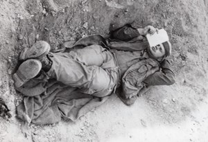 Israel Yom Kippur War Sinai Soldier Resting  in Trench old Press Photo 1973
