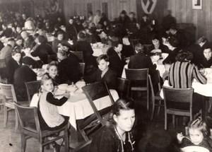 Allemagne Berlin Population accueillie dans un Restaurant WWII Ancienne Photo de Presse 1943