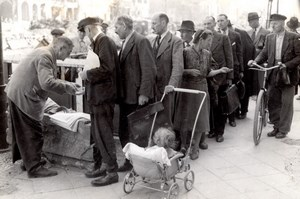 Germany Berlin VJ Day Queueing for Newspaper Seller old Press Photo 1945
