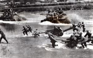 Ukraine Lviv Soviet Troops crossing River Artillery Tanks old Photo 1944