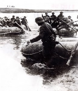 WWII German Infantry Troops going to Moscow in Rubber Boats old Photo 1941
