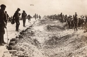 Soldats Americains reparant Route bombardee par les Allemands WWI Ancienne Photo 1914-1918