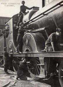England Midlands WWI Women Locomotive Cleaners Steam Engine old Photo 1914-1918