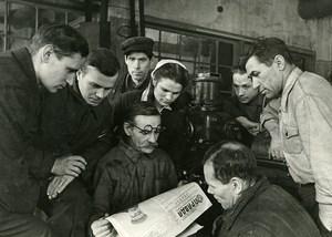 URSS Moscou Premiers Lecteurs du journal La Pravda ancienne Photo 1947