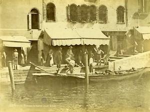 Italie Venise scene animée Pecheur commercant sur barque Ancienne Photo 1890