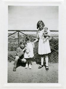 France Fillettes et Deux Poupées Jeu d'Enfants Ancienne Photo Amateur 1950