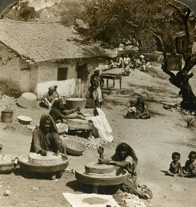 India Mount Abu women grinding at the mills Old Stereoview Photo Underwood 1902